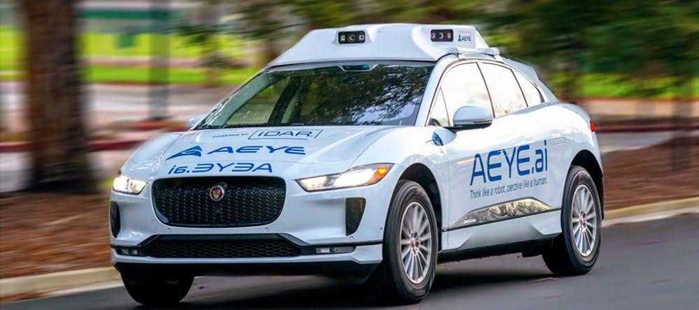 Ein Fahrzeug des Herstellers Jaguar, das mit autonomer Fahrtechnologie und Lidar-Sensoren von AEye ausgestattet ist.