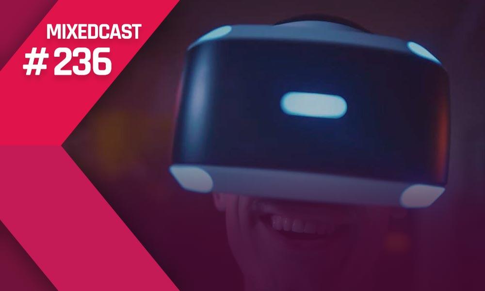 Ein Mann der Playstation VR trägt und lächelt