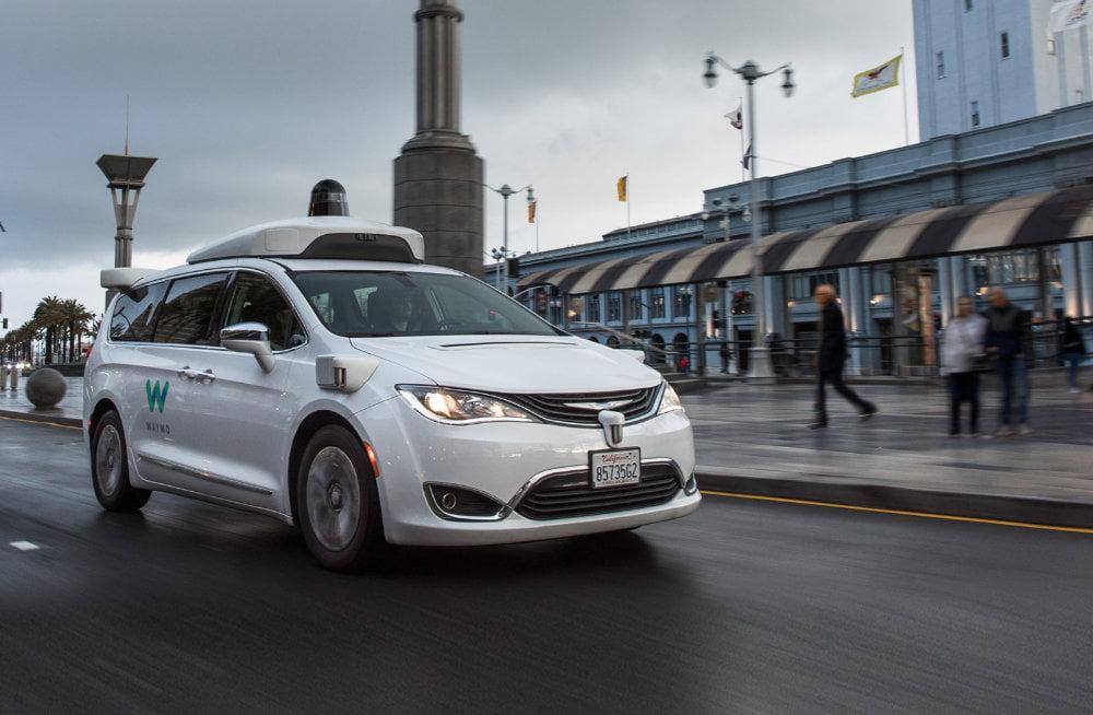 """Ein autonom fahrendes Auto, das mit der Technologie """"Waymo Driver"""" ausgestattet ist."""