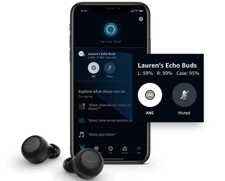 Die Bluetooth-In-Ear-Ohrhörer Amazon Echo Buds 2 und ein Smartphone, das die App-Steuerung zeigt.