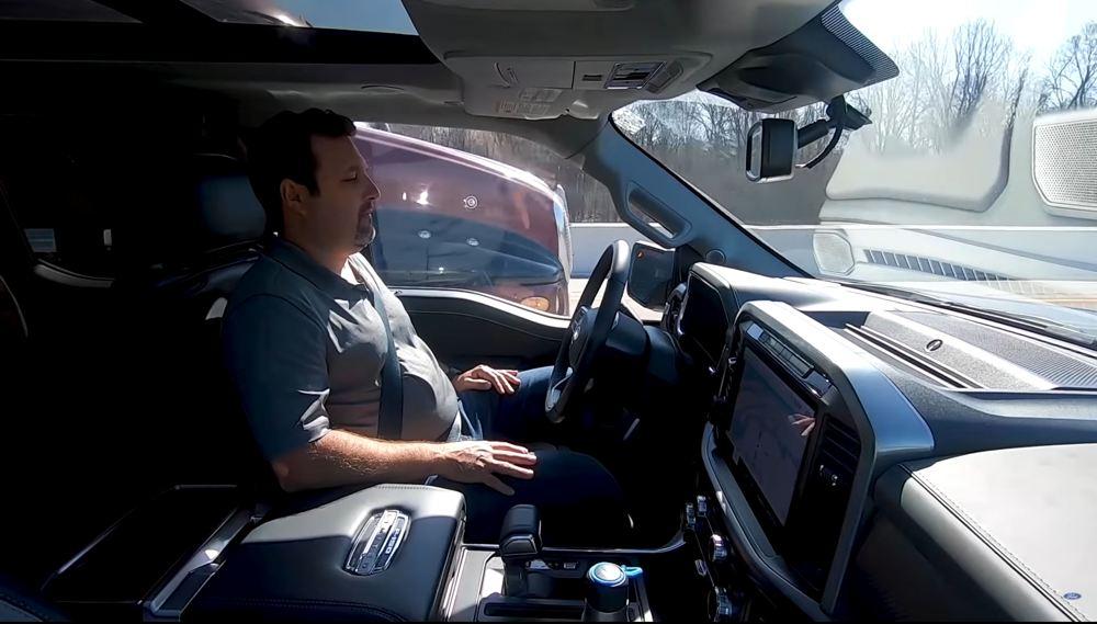 Ein Fahrer nimmt während einer autonomen Fahrt in einem Ford die Hände vom Lenkrad.