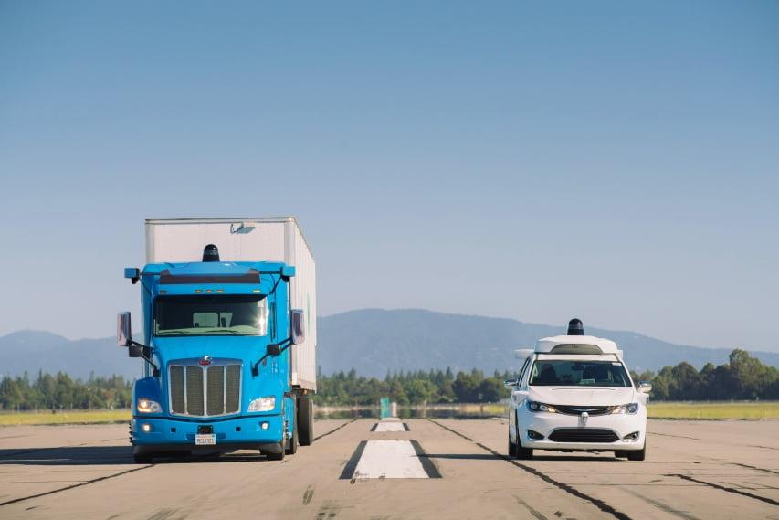 Ein Lkw und ein Pkw fahren nebeneinander autonom.