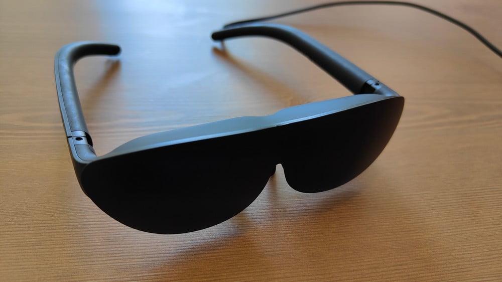 AR-Brille Nreal Light mit VR-Cover auf einem Tisch, Frontansicht
