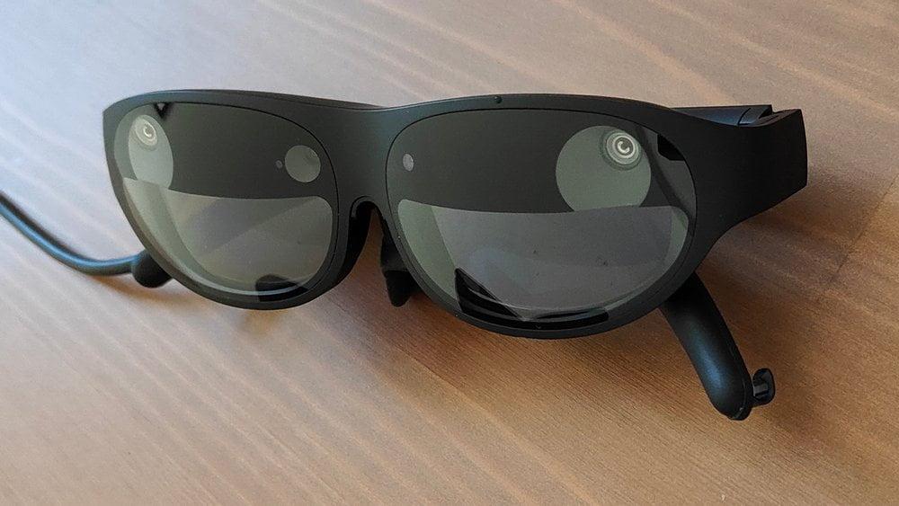 AR-Brille Nreal Light zusammengeklappt von vorn auf einem Tisch liegend