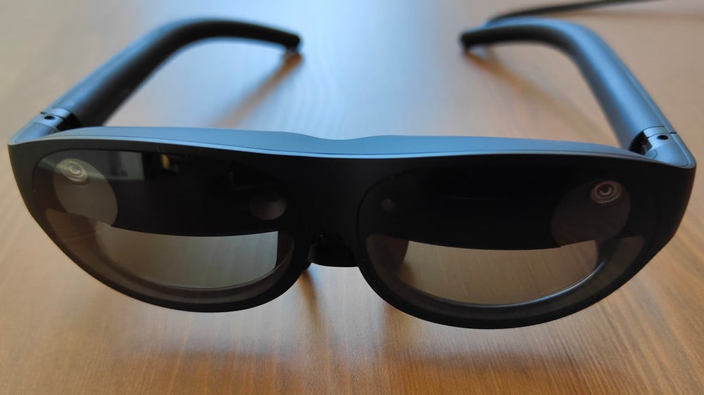 AR-Brille Nreal Light in der Frontansicht, auf einem Tisch
