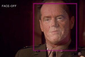 Ein Schauspieler schaut in die Kamera, auf seinem Gesicht liegt ein 3D-Gitternetz, das sein Gesicht vermisst für den Lippenaustausch.