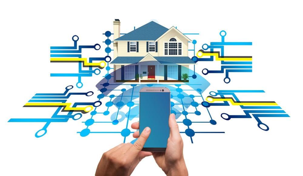 Ein vernetztes Smart Home, das von einem Smartphone gesteuert wird.