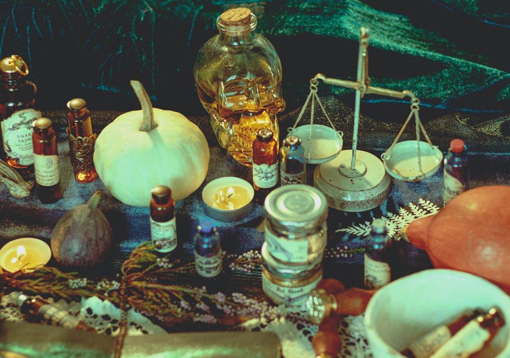 Alchemie-Tisch mit verschiedenen Zutaten, Wage und Flaschen