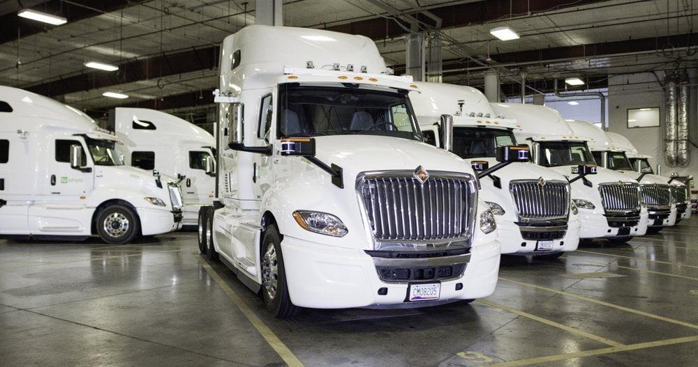Eine Flotte von autonomen Trucks des Herstellers TuSimple.