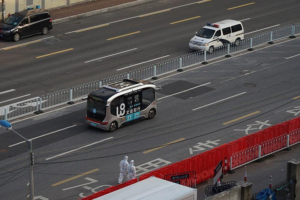 Ein autonom fahrender Kleinbus von WeRide fährt auf einer Straße in Guangzhou während einer COVID-19-Quarantäne.