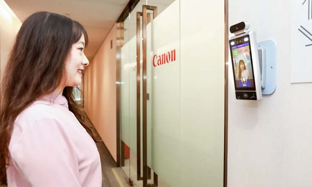 Bitte(r) lächeln: Canons KI-Kamera zaubert fröhliche Angestellte