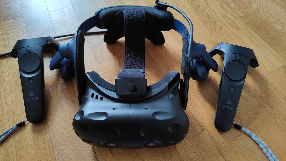 VR Brille HTC Vive Pro 2 mit Vive Controllern