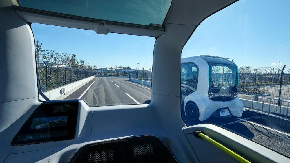 Ein Ausblick aus dem Cockpit eines autonom fahrenden Toyota e-Palette während der Fahrt.