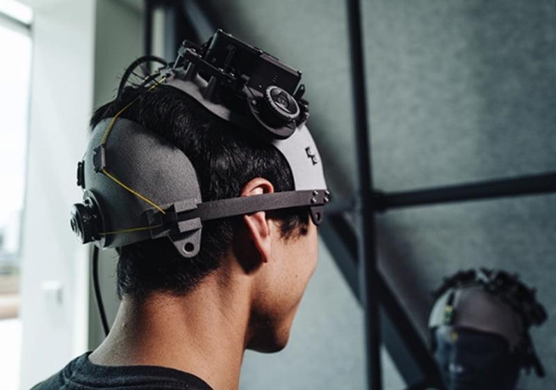 Auch Facebook entwickelte non-invasive am Kopf getragene BCIs, will sich aber zukünftig auf am Handgelenk getragene Technologie fokussieren, die Impulse des Gehirns an die Handmuskulatur abgreift und in Steuerungssignale für Computer übersetzt. | Bild: Facebook