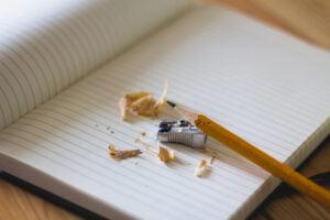 Angespitzter Bleistift auf Notizbuch