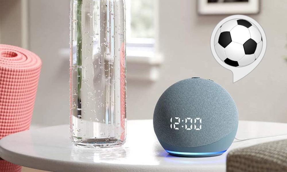 Der Smart Speaker Amazon Echo Dot 4 mit Uhr steht neben einer Trinkflasche.