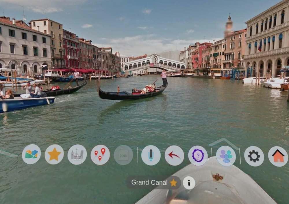 Street View Ansicht von Venedig mit Gondel und Touristen