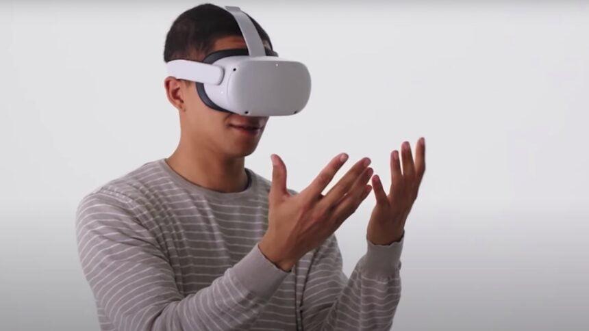 Mann schaut auf seine mit Oculus Quest 2 getrackten Hände.