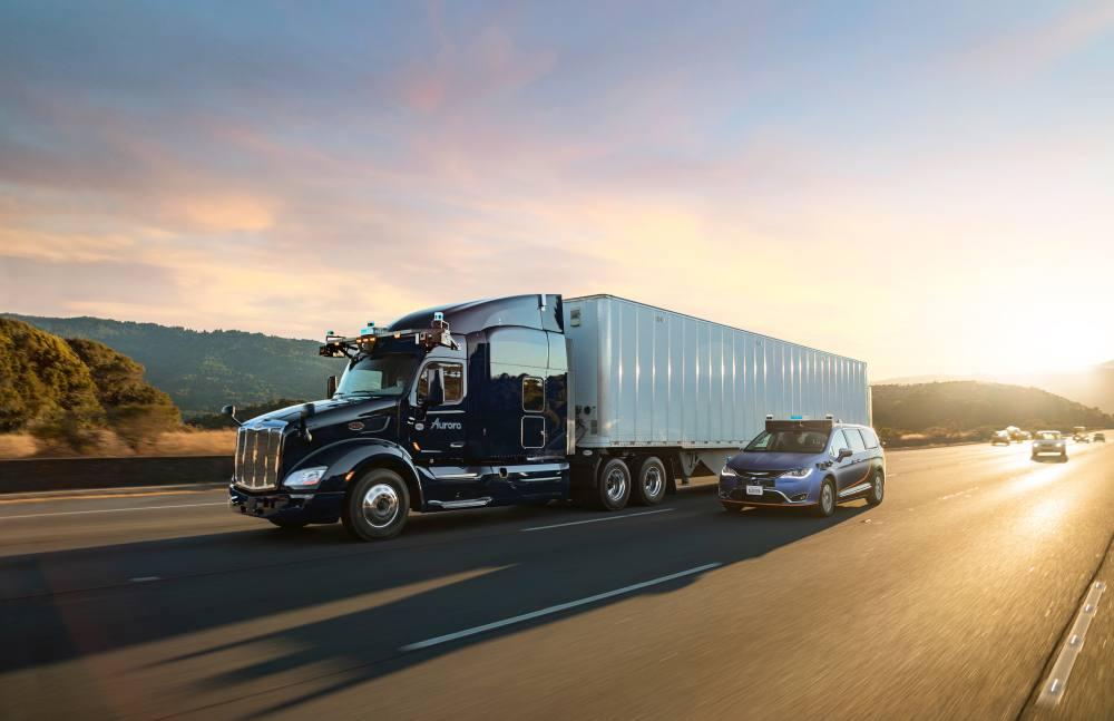 Ein autonom fahrender Truck und ein Pkw mit dem Fahrsystem von Hersteller Aurora.