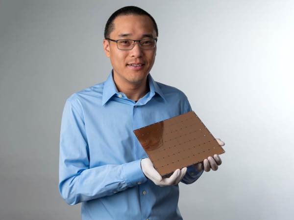 Cerebras-Mitgründer Sean Lie zeigt stolz die neueste Errungenschaft seiner Firma: den CS-2-Chip.
