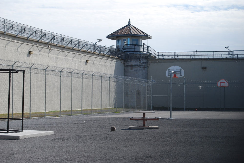 Blick auf einen Turm in einem Gefängnis
