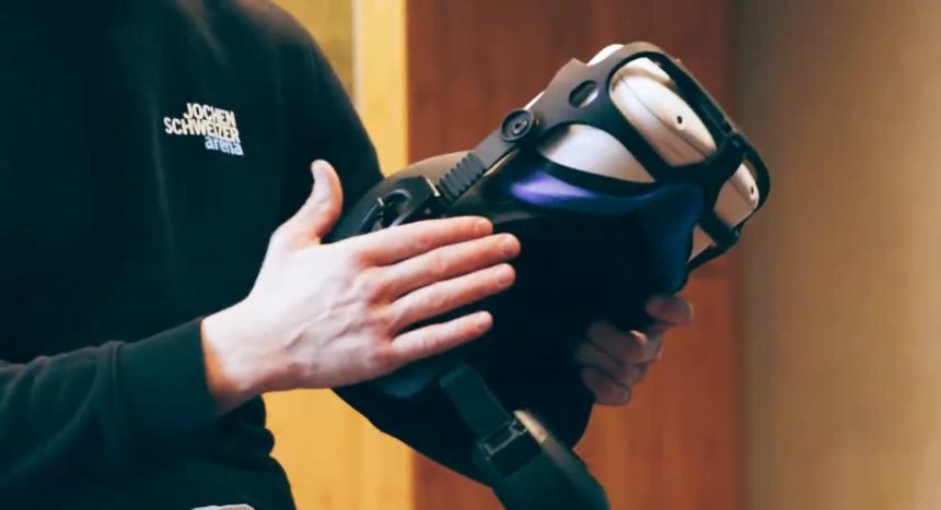 Als VR-Brille dient eine handelsübliche Quest 2, allerdings mit Schutzgehäuse und am Schutzhelm montiert. | Bild: Jochen Schweizer