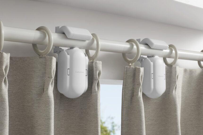 Der SwichtBot Curtain zieht Gardinen automatisch zu und öffnet sie.