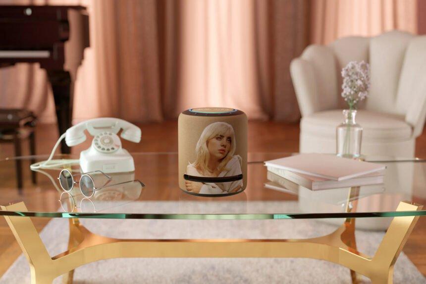 Sängerin Billie Eilish ziert die neue Limited Edition des Smart Speakers Echo Studio.