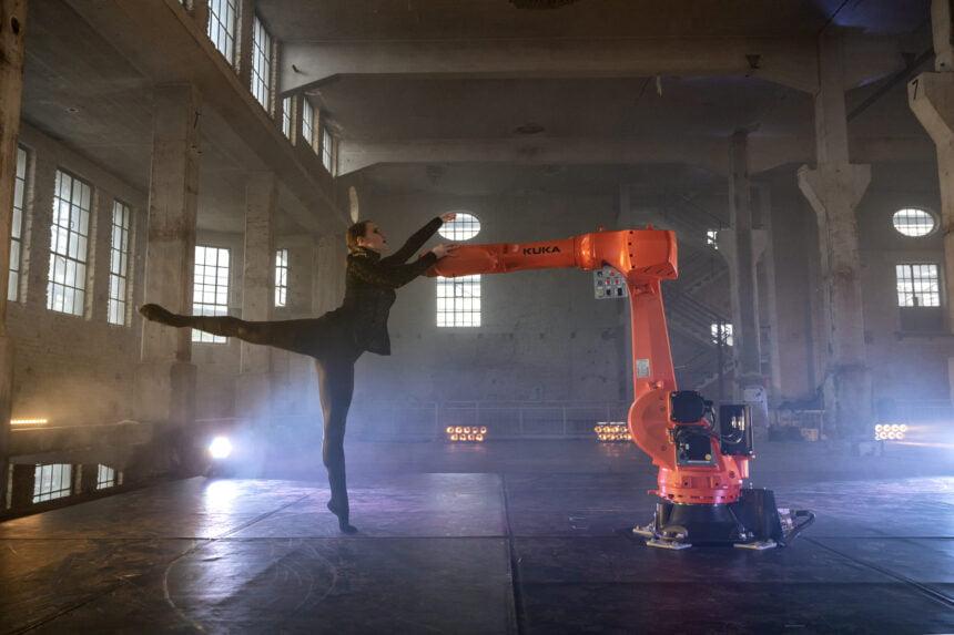 Ballettänzerin vom Ballett Ausgburg in Tanzpose mit dem Industrieroboter im VR-Ballett kinesphere