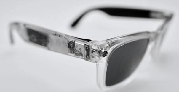 Die Stories-Brille ohne Ummantelung gibt den Blick frei auf das Innenleben mit Chips und Kameras.