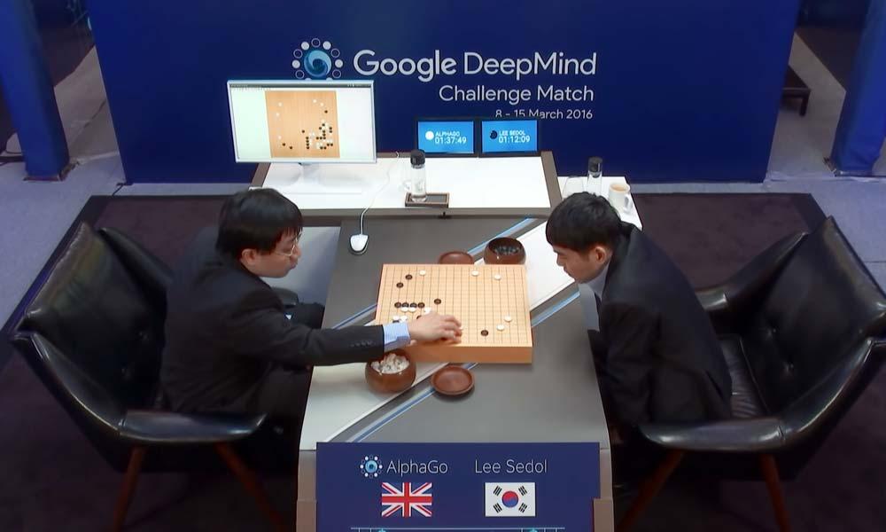 Alpha Gos Triumph über Lee Sedol war nur möglich, weil die KI die Spielsteine nicht selbst platzieren musste. Das zeigt ein aktuelles Experiment von Deepmind. | Bild: Deepmind (Screenshot)