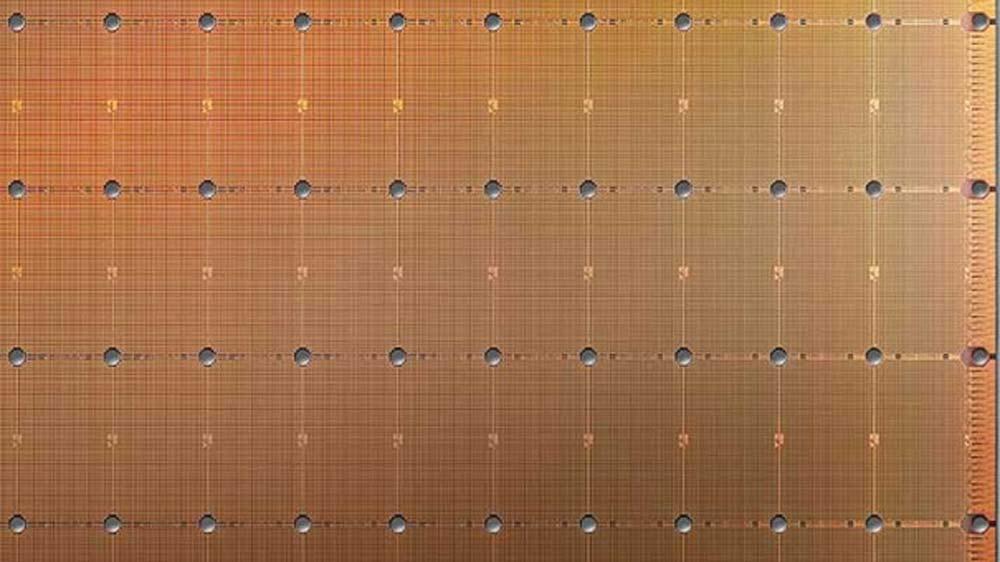 Ein Ausschnitt des riesigen Cerebras Chips, ein bronzefarbenes, strukturiertes Muster mit Punkten, die untereinander verbunden sind