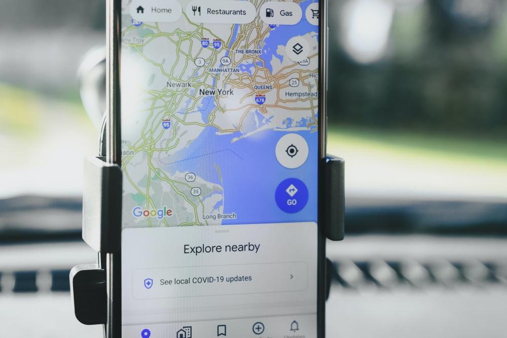 Ein Smartphone, auf dem die App Google Maps ausgeführt wird