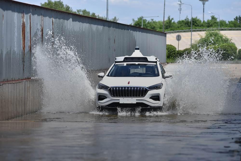 Ein autonom fahrendes Auto mit Baidus Apollo-Technologie fährt durch Wasser.