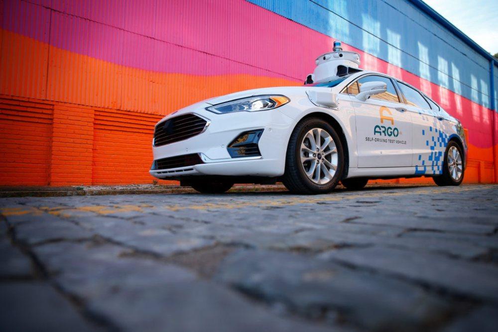Ein Auto des Herstellers Ford, das mit Technolgoie für autonomes Fahren ausgestattet ist.