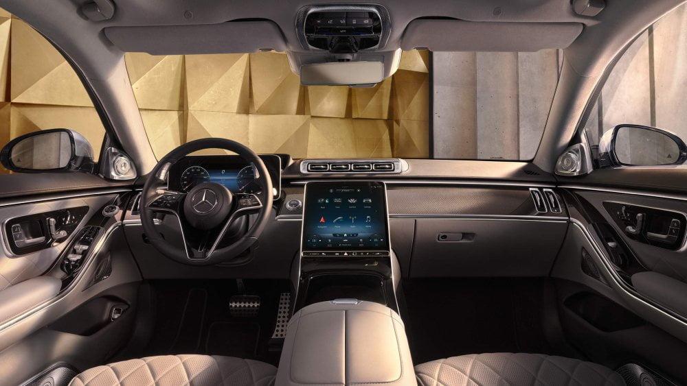 Das überarbeitete MBUX Infotainmentsystem kann mit dem Mercedes-Sprachassistenten gesteuert werden. | Bild: Mercedes-Benz