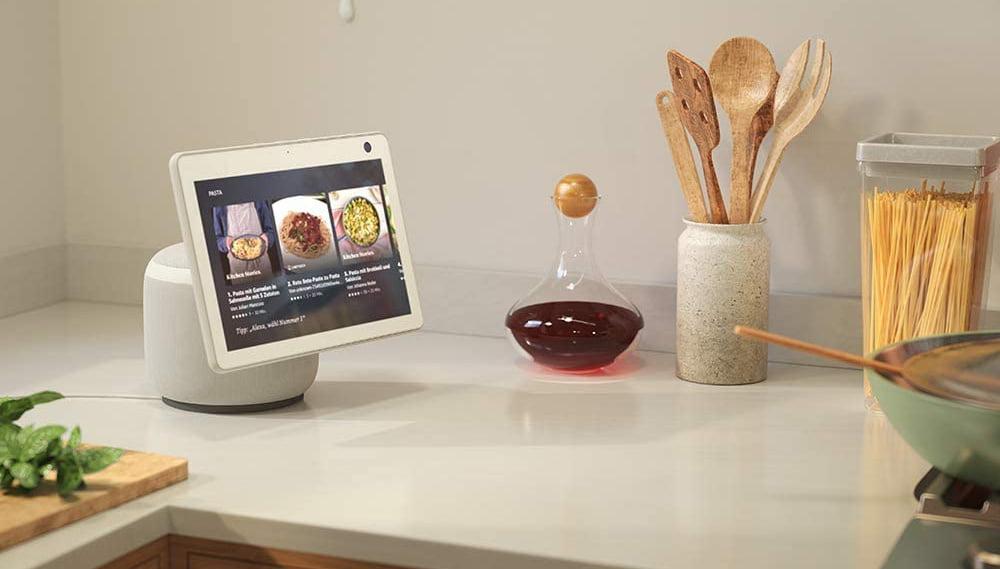Echo Show 10 passt am besten in große Küchen und Esszimmer.