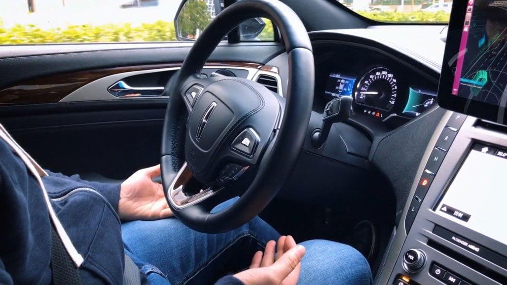 Ein Sicherheitsfahrer nimmt die Hände vom Lenkrad in einem von Pony.ai ausgestatteten autonom fahrenden Pkw.