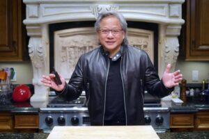 Nvidia-Chef Huang steht in seiner Küche und gestikuliert. Seine Haare sind grau geworden.