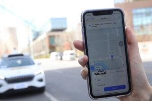 Ein autonom fahrendes Taxi der Apollo Go Flotte kann durch eine Smartphone-App von Baidu bestellt werden.